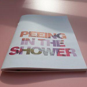 vielfalltag_peeing_in_the_shower_front
